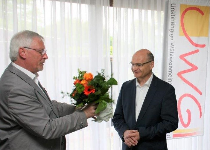 Christoph Boll überreichte auf der UWG Mitgliederversammlung Blumen an Dr. Sommer